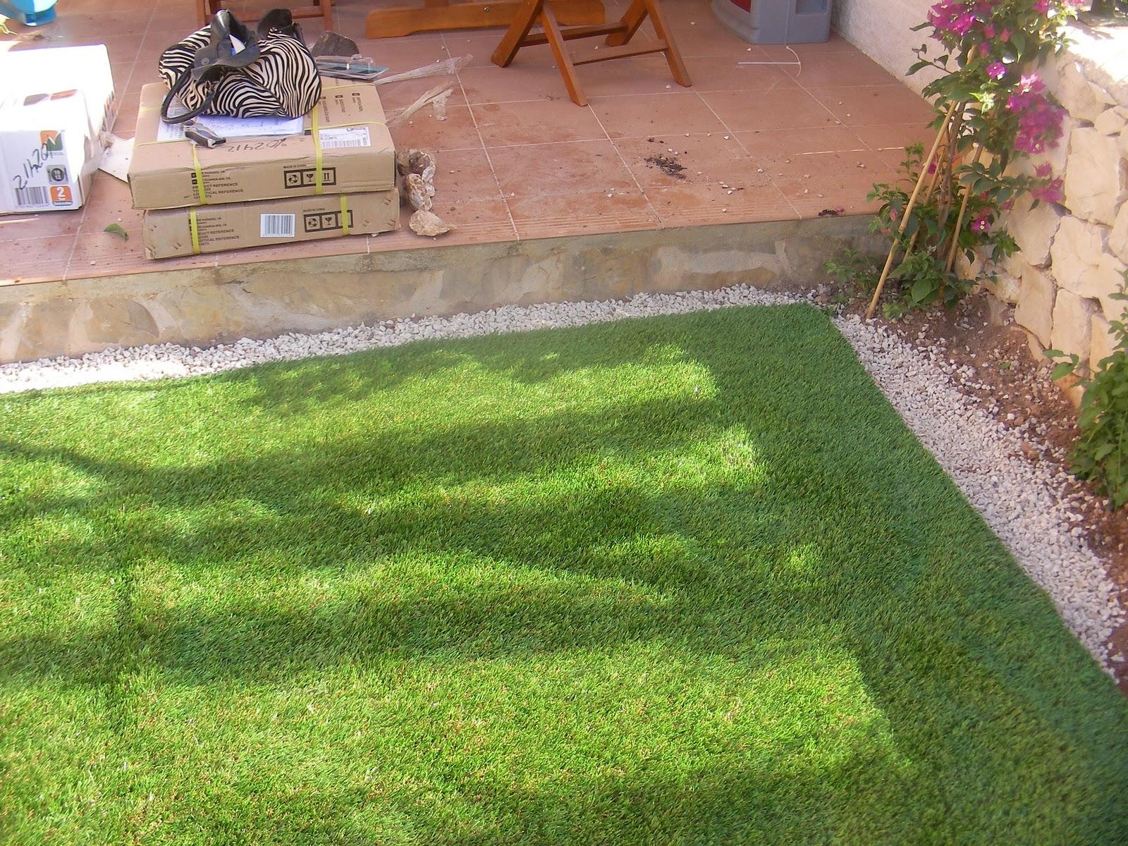 Ideagarden jardin con cesped artificial en calpesol for Jardines con poco mantenimiento