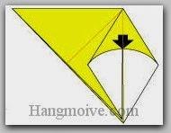 Bước 4: Gấp lớp giấy xuống dưới sao cho hai đỉnh trùng nhau.