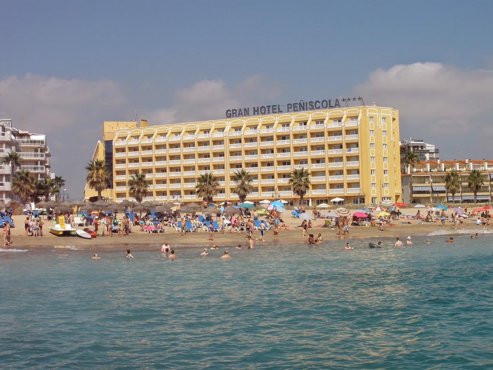 Vista del hotel desde una barca a pedales en la playa