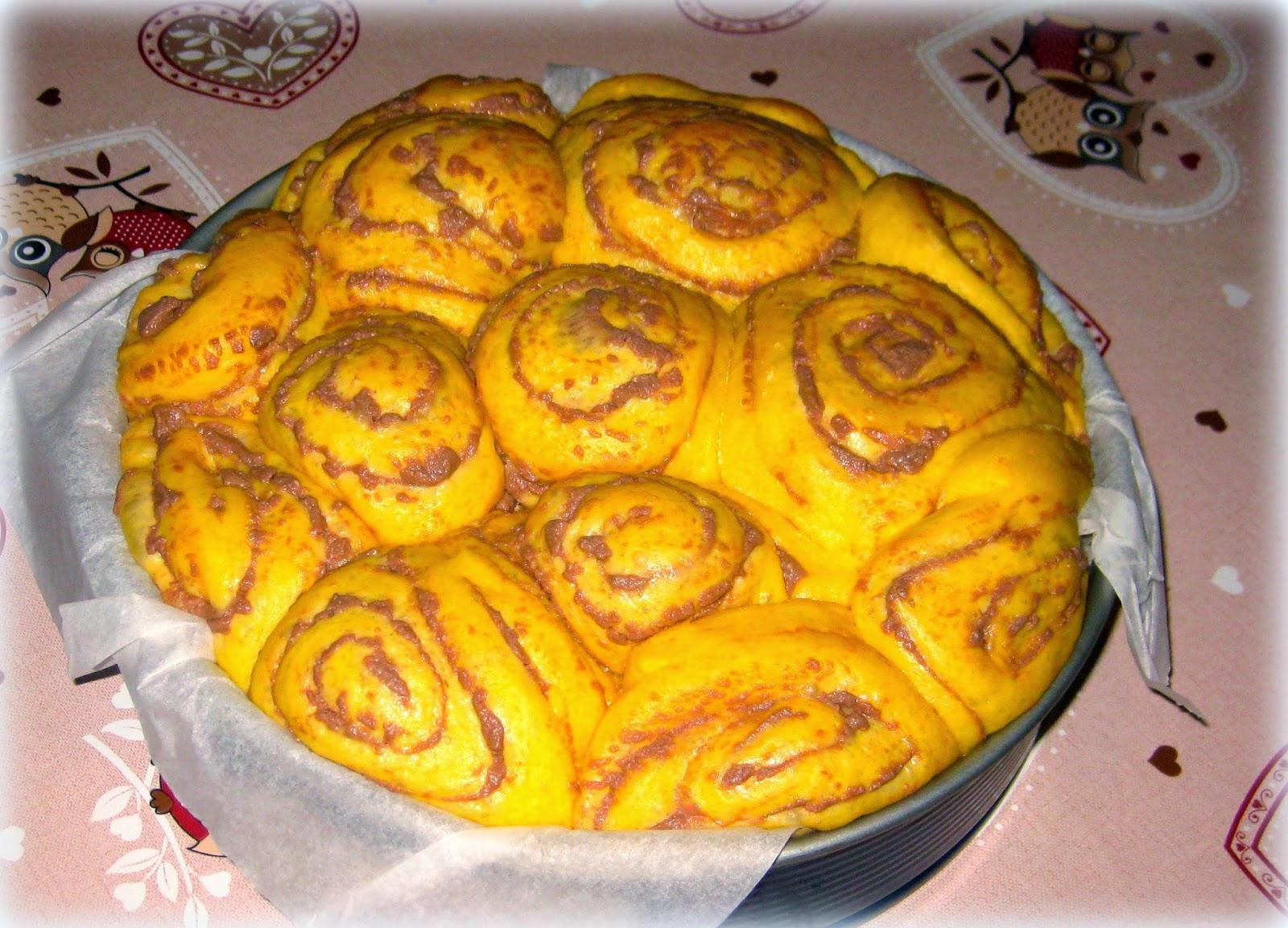 La ricetta della Torta di Rose con Cioccolato e Ricotta è un po' elaborata, ma il risultato è da leccarsi i baffi.