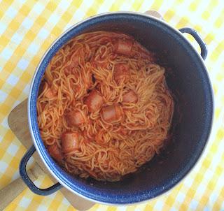 Espaguetis y salchichas cocidos y en su salsa