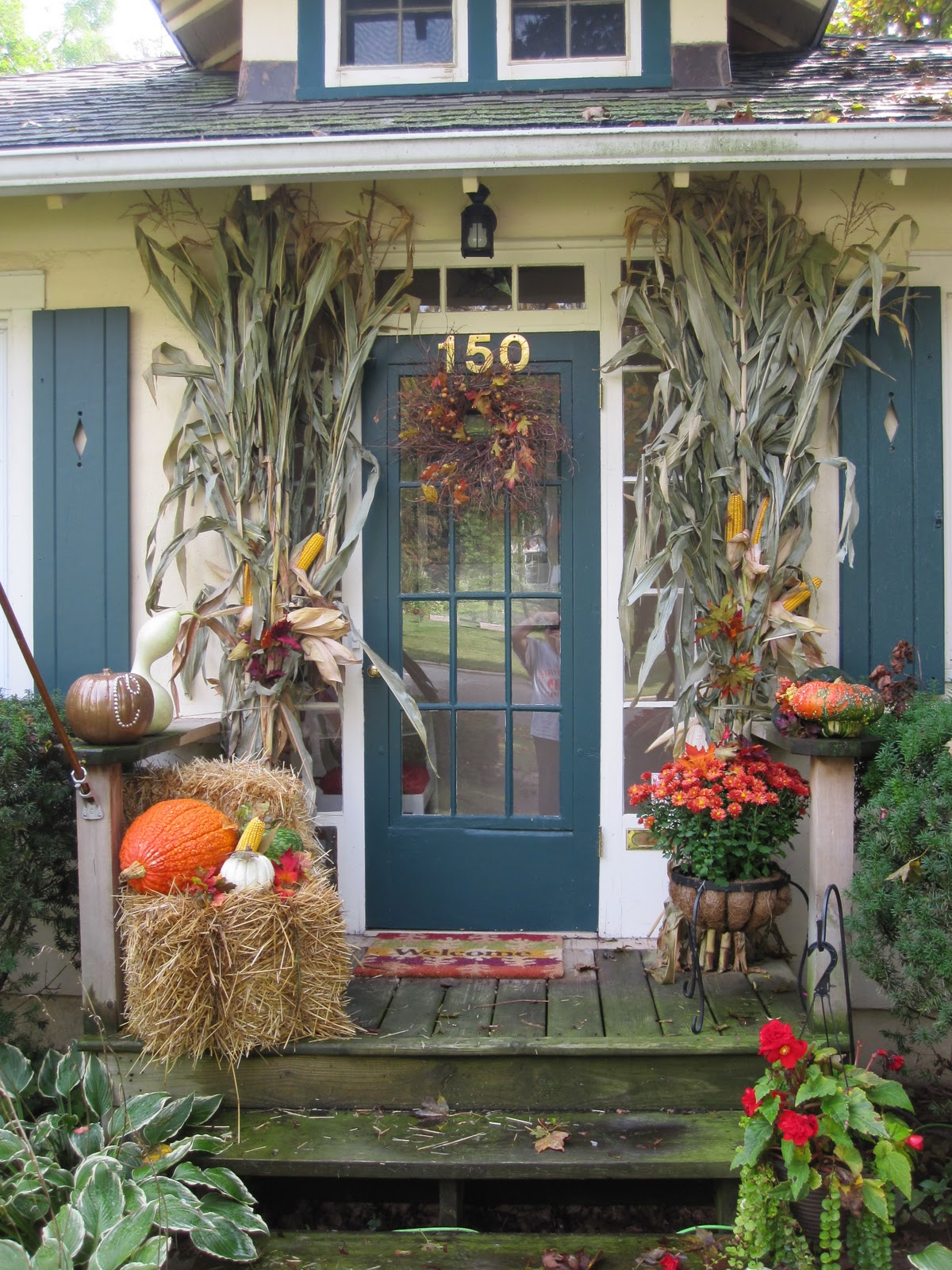 The cooper 39 s outdoor fall decorations for Pictures of fall decorations for outdoors