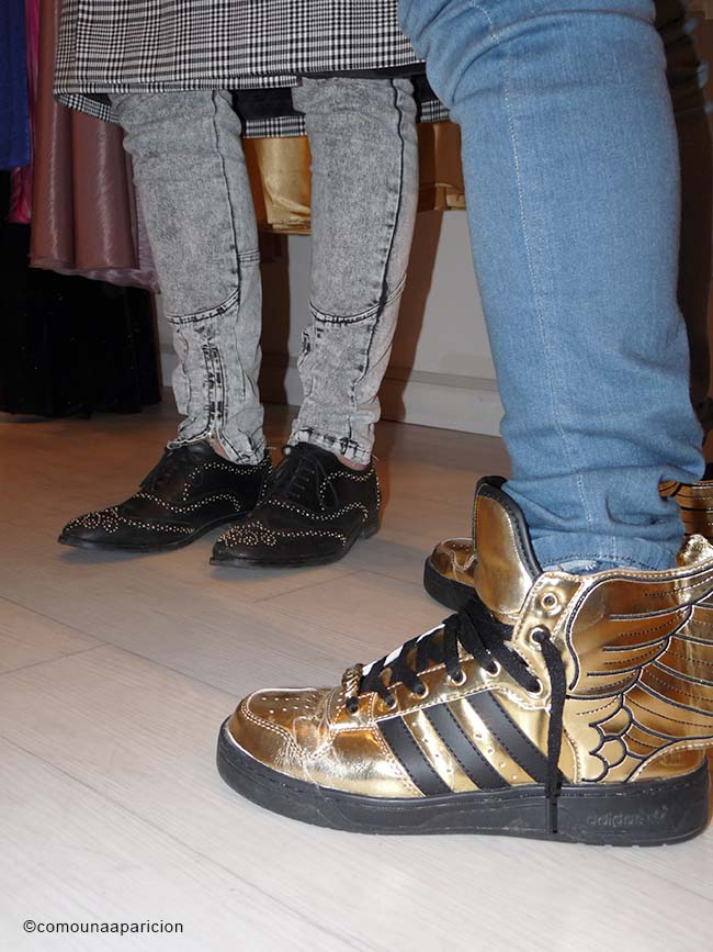 como-una-aparición-street-style-Jeremy-Scott -Adidas-Originals-Wings-2.0-Gold-Black-stud-brogues-Pattern-Prince-Of-Wales-men-style-skirt-Skinny-Jean- Mid-Acid-Wash-mix-&-match