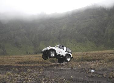 sang juara sedang melakukan manufer jumping jeep