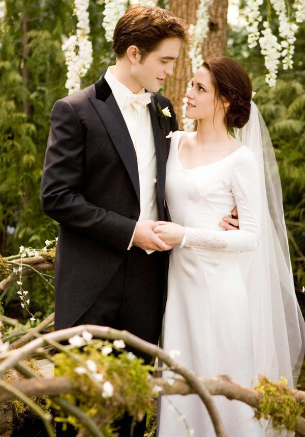 4c19568880 ... bridal gown retailer to make a replica of the dress of Bella Swan