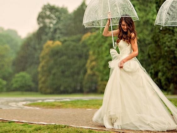 source simply peachy - Parapluie Mariage Pluvieux Mariage Heureux