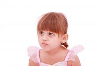 niña pequeña pensando