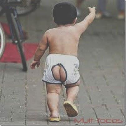 criança andando pelada