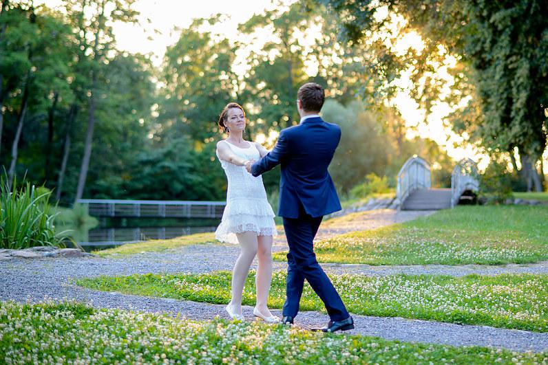 romantiškos vestuvinės nuotraukos leidžiantis saulei
