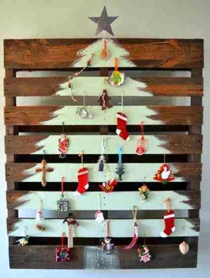 Świąteczna choinka z palet z ozdobami bożonarodzeniowymi