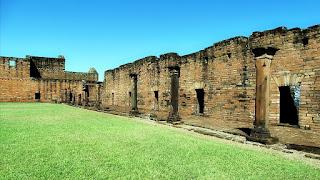Ruínas da igreja inacabada da redução jesuíta de Jesús de Tavarangue, no Paraguai.