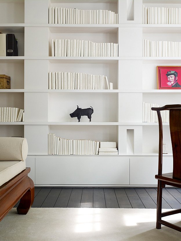 Picture of the book shelves in the minimalist house