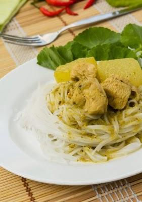 spaghetti di shirataki con curry di tacchino e patate dolci