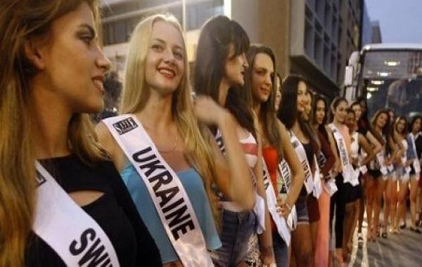 ملكات جمال العالم  أمام مقر الحكومة  اللبنانية