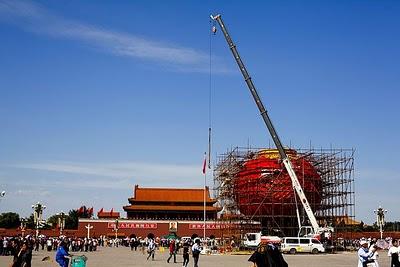 Una lanterna gigante campeggia da qualche giorno nella celebre Piazza Tiananmen, a Pechino...