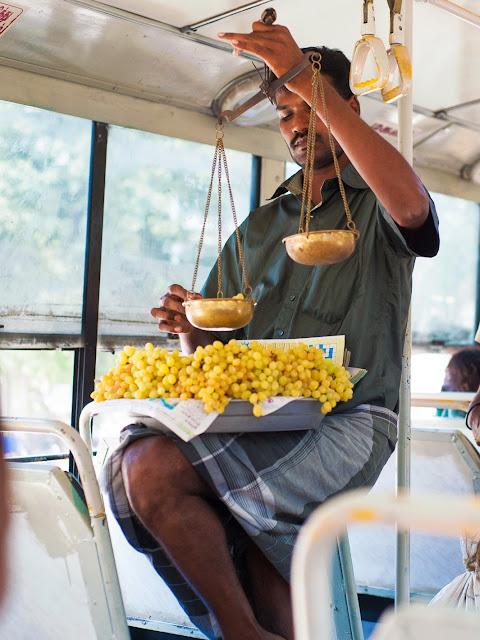 Продавец фруктов в индийском автобусе