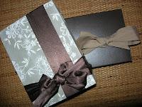 empaquetar regalos en cajas. Envolver de manera original