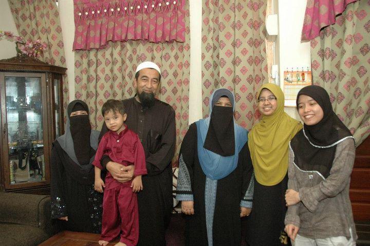 di entry gambar keluarga ustaz azhar idrus disebabkan entry tersebut