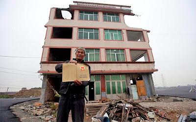 chino en frente de su casa vieja