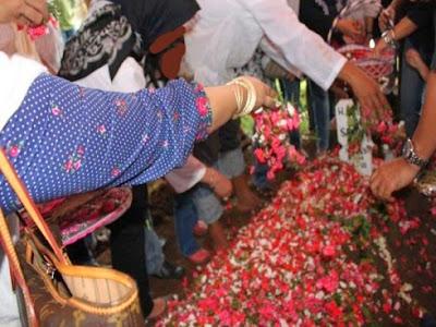 Hukum tabur bunga atas kubur