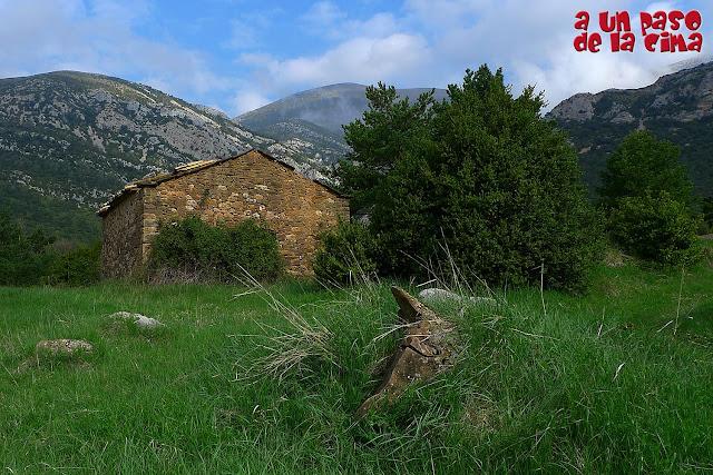 Casas de La Fueva con el Tozal de Guara al fondo