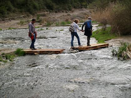 Travessant el riu Calders davant mateix dels Cingles del Vilà