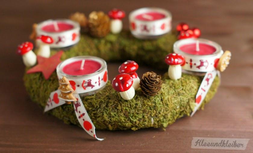 Adventskranz aus Moos mit Teelichtern