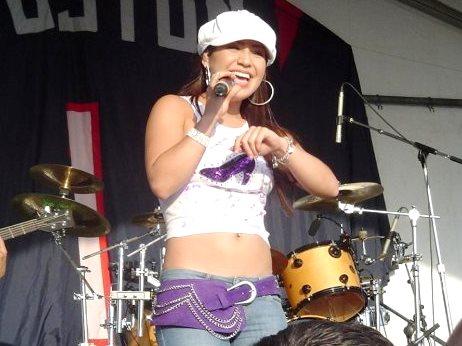 Jennifer Peña en concierto con linda sonrisa