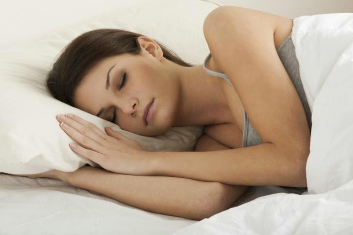 Una funda de almohada de seda evita roturas de cabello durante la noche