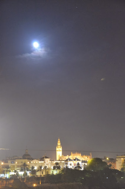 Vistas de Sevilla en una noche de Navidad