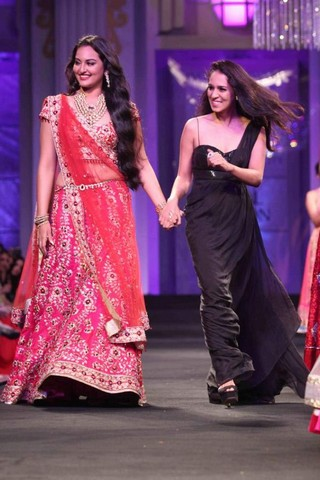 Sonakshi Sinha in Saree on fashion show with designer