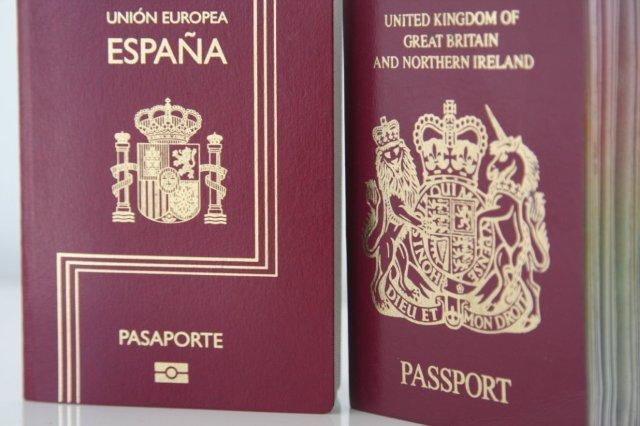 Pasaportes español y britanico
