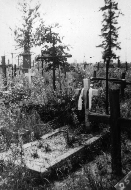 Kazanów (?), teren cmentarza, grób żołnierzy września 1939. Fotografia ze zbiorów rodzinnych Anny Kubiak - udostępnił Paweł Kubiak.