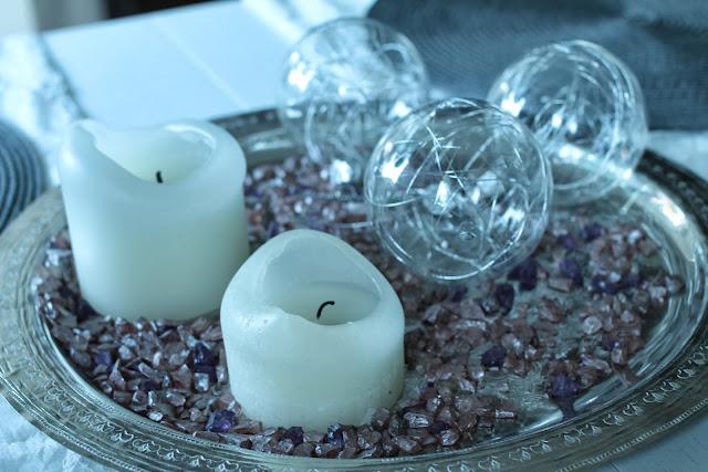 lasiset joulupallot ja kynttiläasetelma