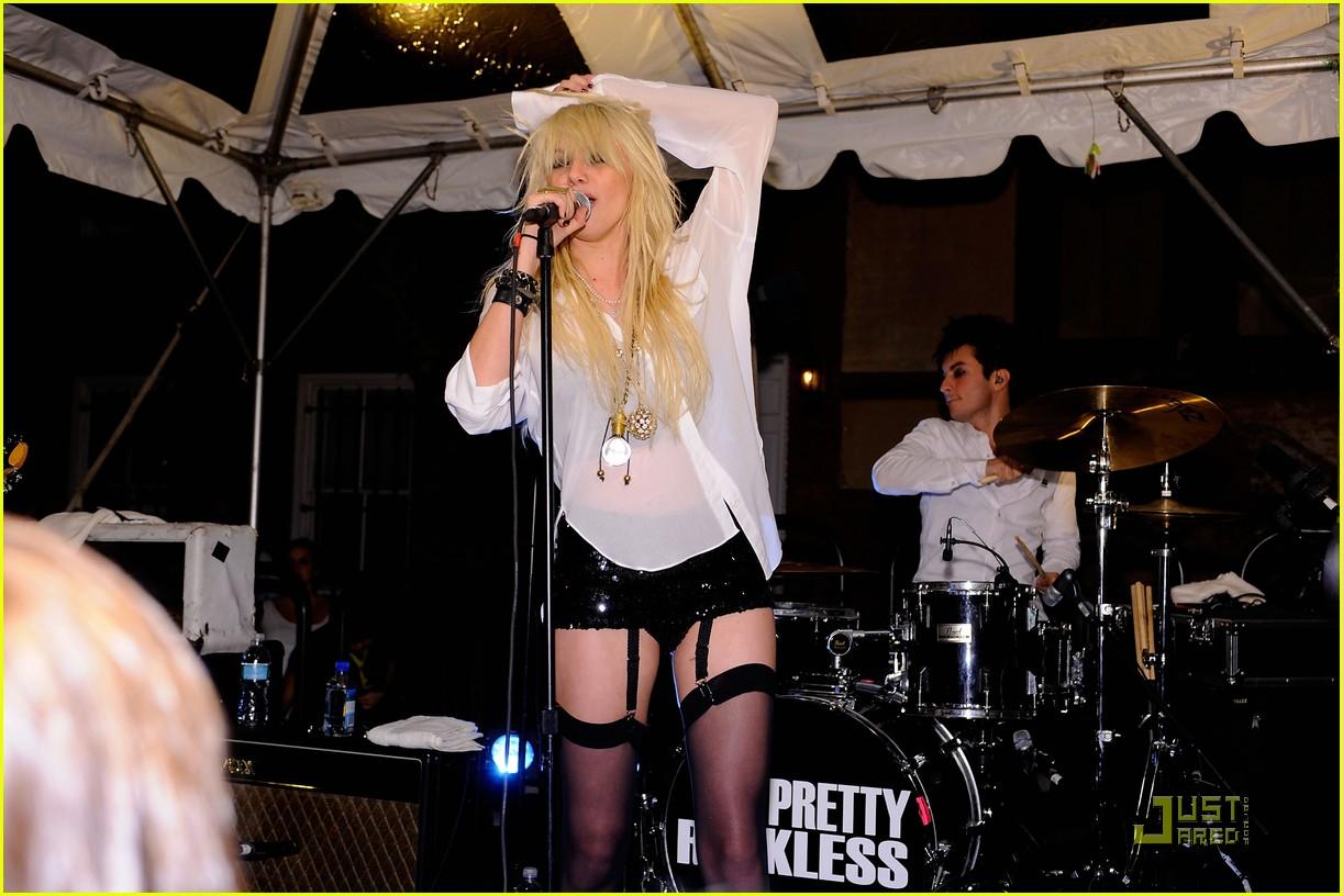 http://1.bp.blogspot.com/-2tpS9mMbmkM/Thb9DcRRMAI/AAAAAAAAAzc/tIuT56iOJ2Q/s1600/taylor-momsen-garter-girl-16.jpg