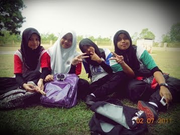 wif my lovely bestfriend...i'm with thew purple bag!!