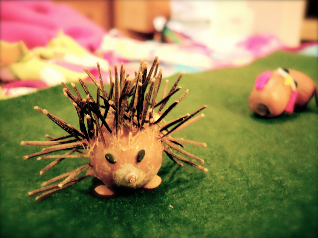Roots of simplicity acorn hedgehogs an autumn nature craft for Crafts made from nature