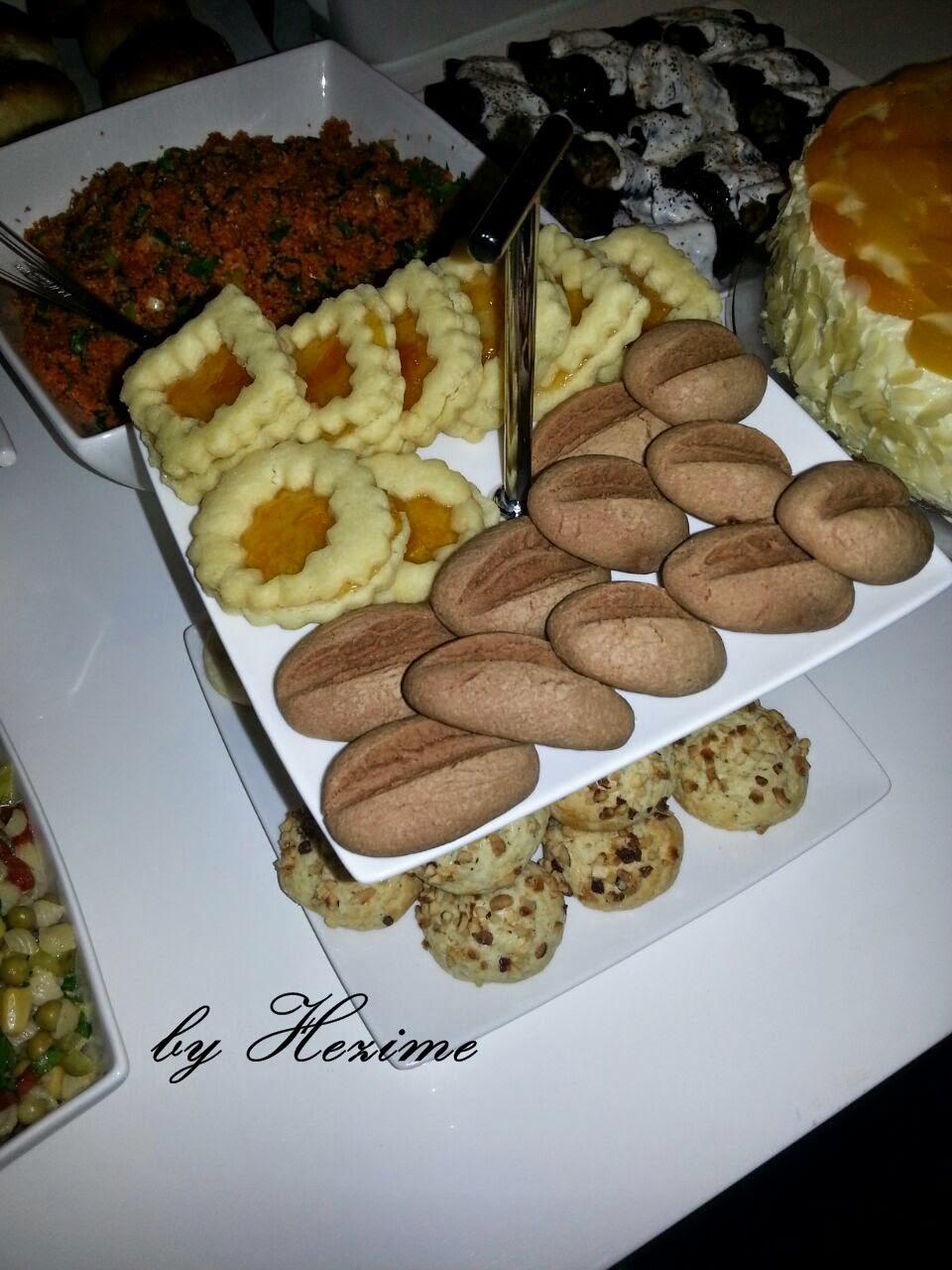 gün masası,misafir ikramları Meyveli yaş pasta  Fındıklı kurabiye  Kahve çekirdeği kurabiye  Spitbuben (marmelatlı )kurabiye Kısır  Kuru dolma  Açma  Poğaça  Patates salatası   Köz biberli makarna salatası  Sebzeli kek un kurabiyesi