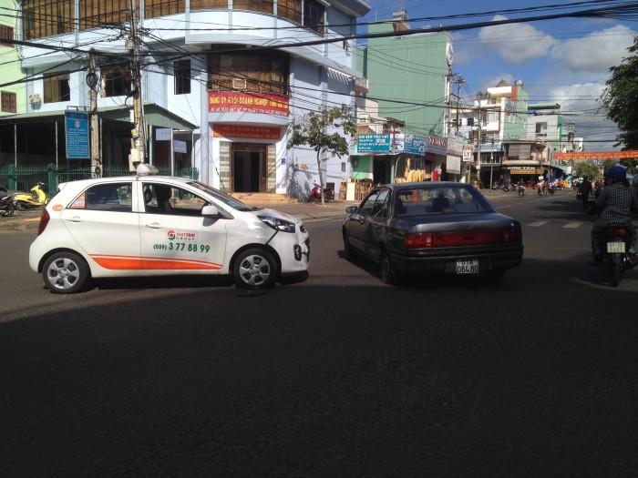 Gia Lai: Chạy ẩu, 2 xe ô tô tông nhau gây ách tắc giao thông