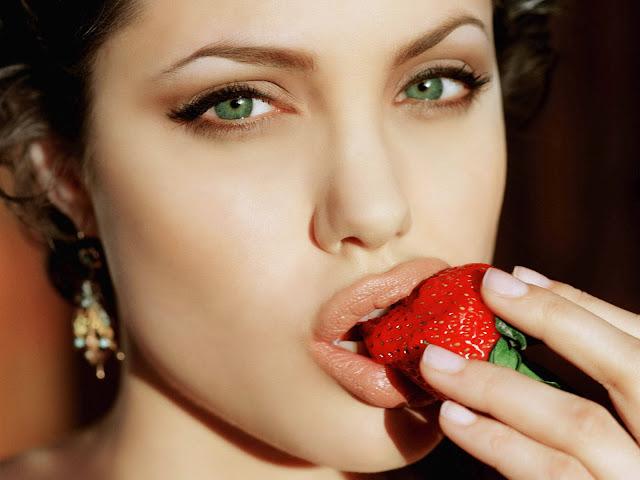Анджелина Джоли ест клубнику