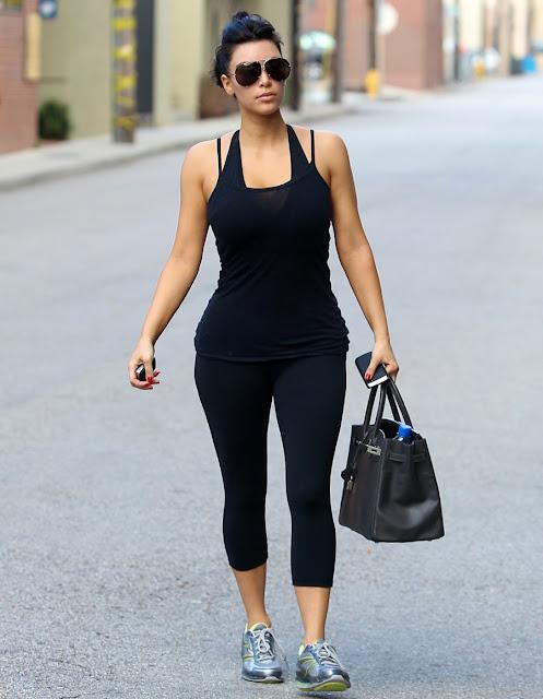 kim kardashian com bolsa preta hermès