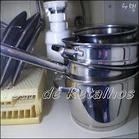 Organização de panelas e tampas nos armários da cozinha.