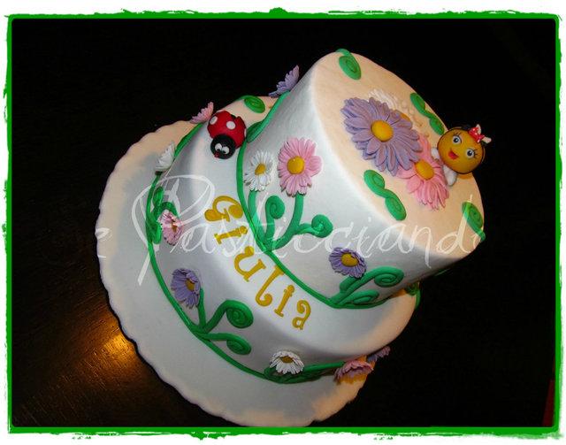 Se pasticciando ape e coccinella a spasso tra i fiori