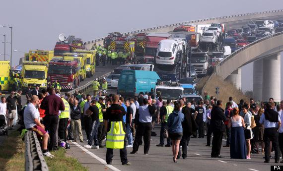 Engavetamento entre cerca de 130 veículos, deixa vários feridos na Inglaterra.