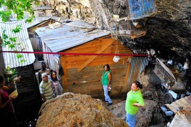 La miseria en la que viven 44 familias en el Hoyo de Pepé no es imaginable.