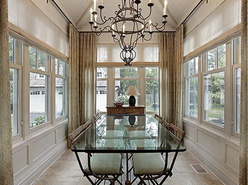 婉約的布窗簾所營造的明亮奢華氛圍