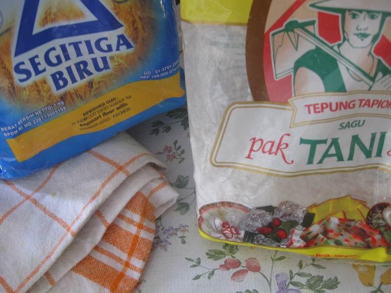 Campur : Tepung sagu dan tepung terigu dengan komposisi lebih banyak