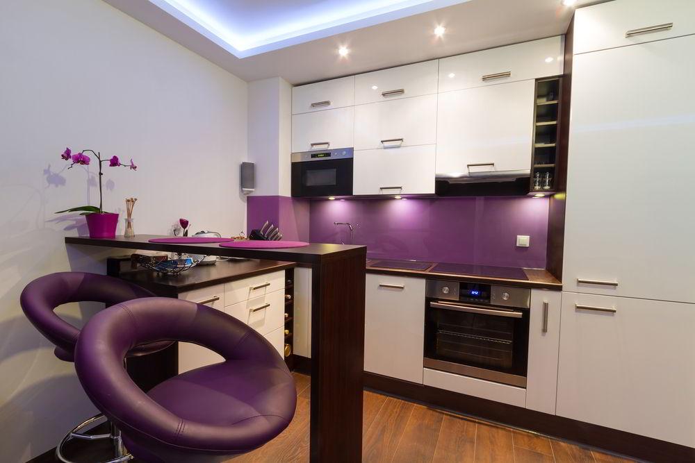 Decoração de cozinha parede roxa