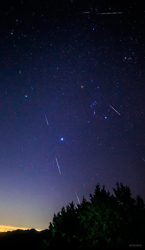 Những vệt sao băng Geminid tối 13 tháng 12 từ 11 giờ khuya ở nước Nhựt Bổn bởi họa sĩ Kagaya Yutaka (カガヤ).