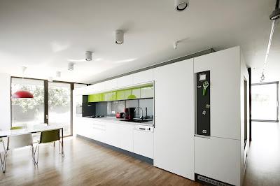 dapur dan ruang makan rumah minimalis hitam putih